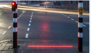 Lampan i trottoaren kan rädda tankspridda liv, tror myndigheterna.